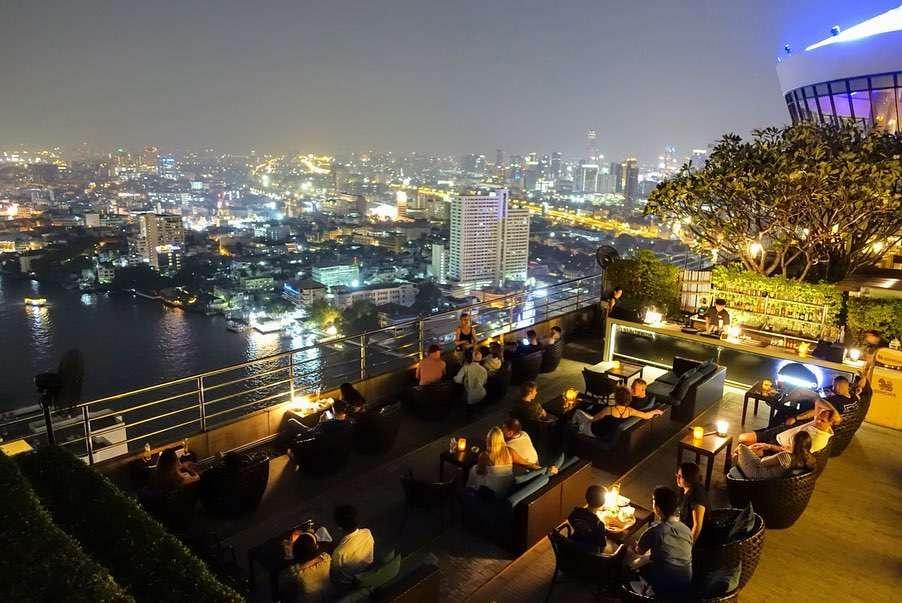 Het terras van ThreeSixty Jazz Lounge and Rooftop Bar (Millennium Hilton Bangkok)