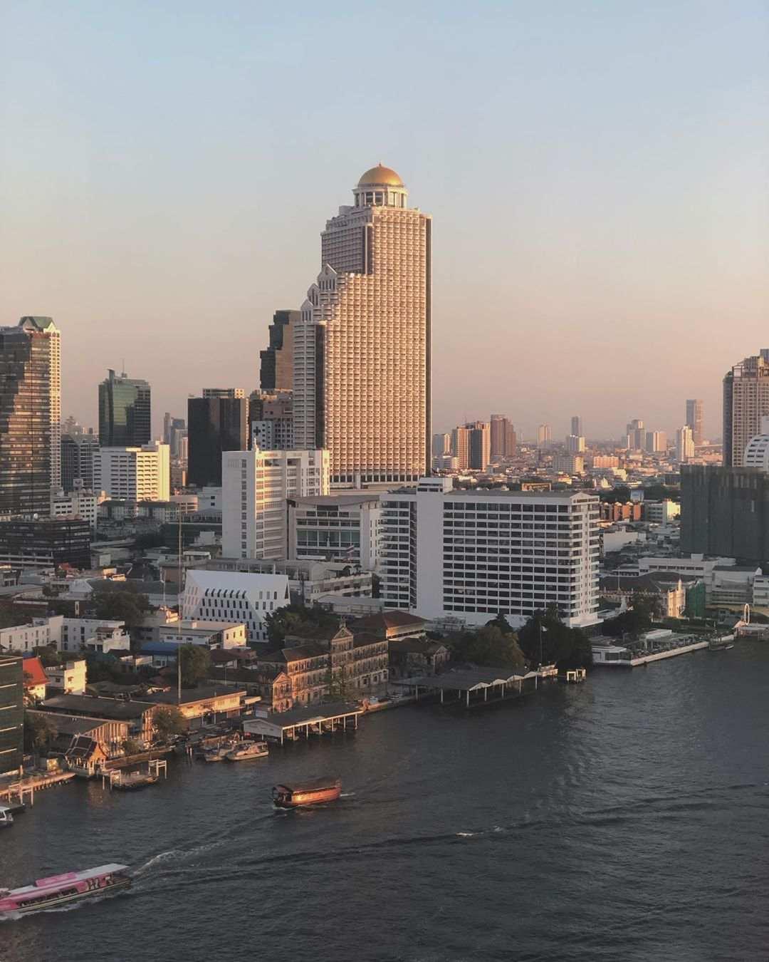 Uitzicht over de Chao Phraya rivier in Bangkok ThreeSixty Jazz Lounge and Rooftop Bar (Millennium Hilton Bangkok) met Lebua op de achtegrond