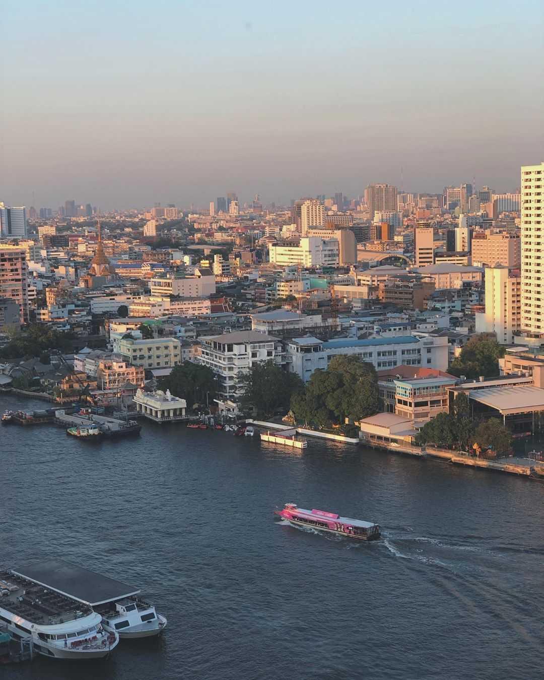 Uitzicht over de Chao Phraya rivier in Bangkok ThreeSixty Jazz Lounge and Rooftop Bar (Millennium Hilton Bangkok)