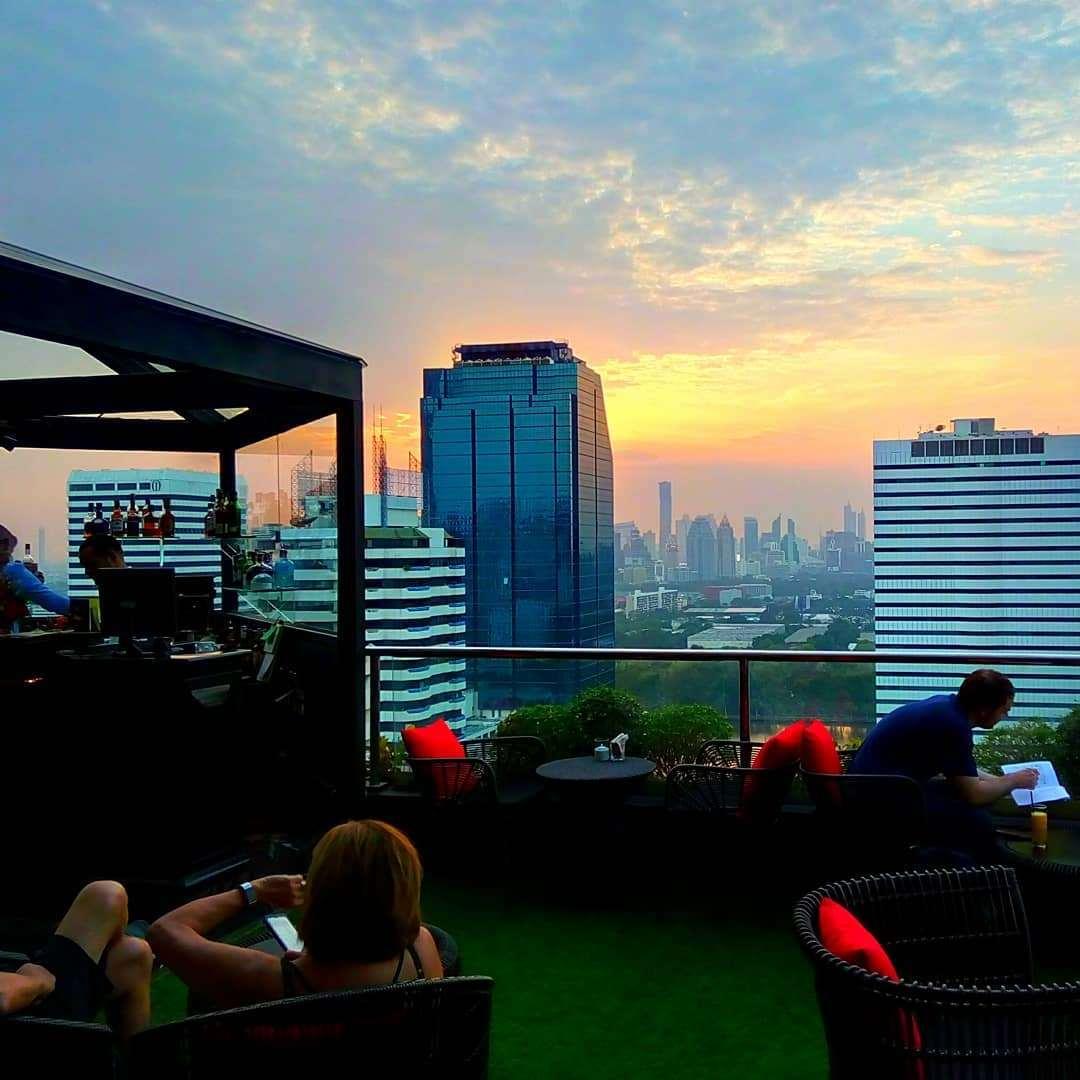 Buiten zitten bij 1826 Mixology & Rooftop Bar (Rembrandt Hotel & Suites Bangkok)