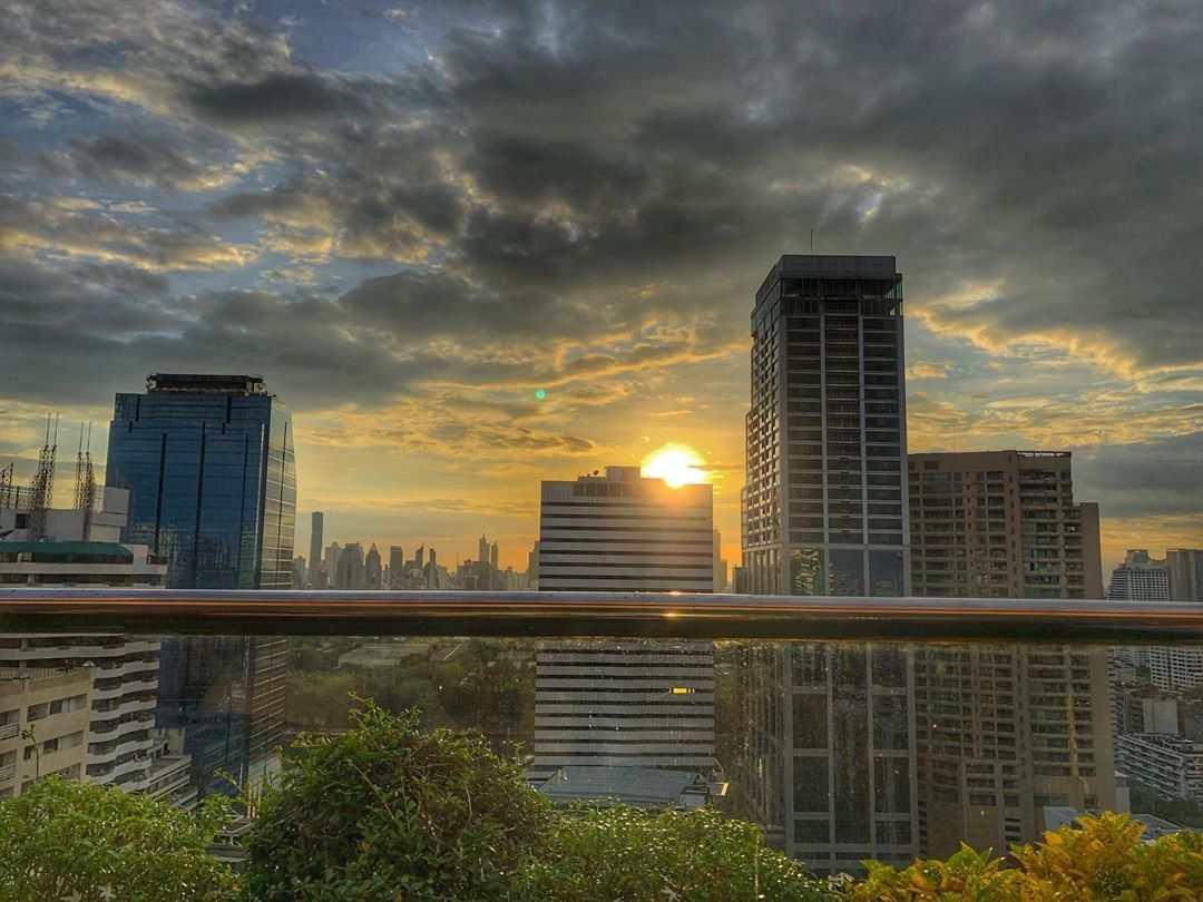 Uitzicht vanaf 1826 Mixology & Rooftop Bar (Rembrandt Hotel & Suites Bangkok) tijdens de zonsondergang