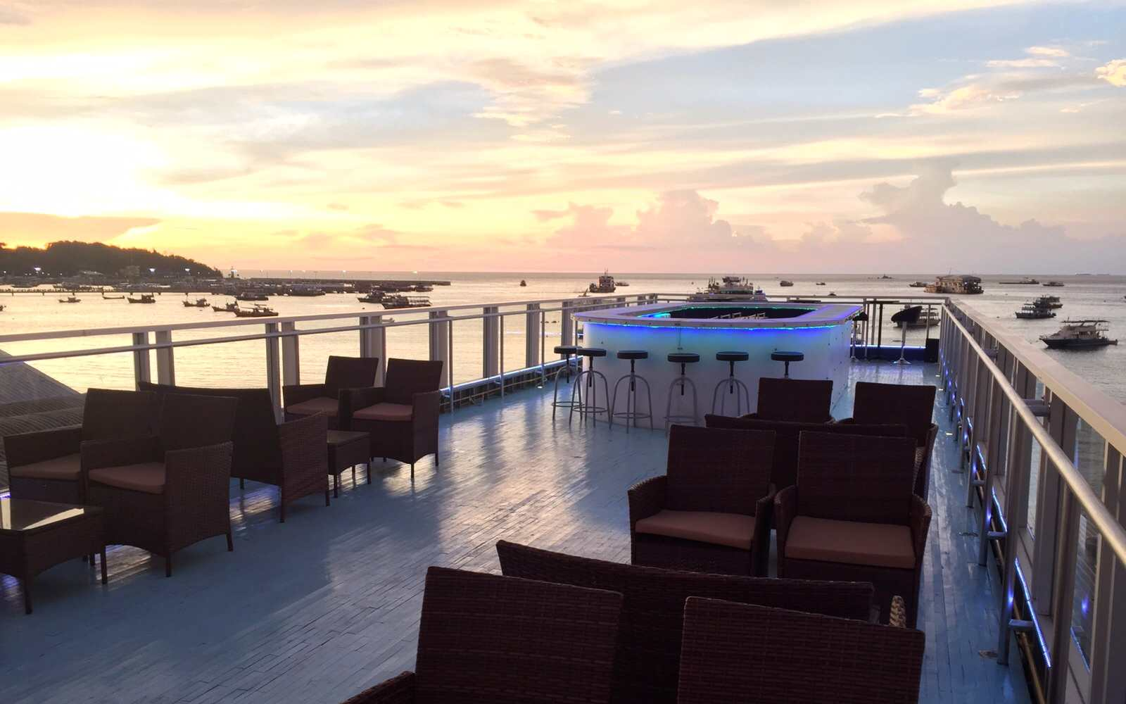 Rooftop Bar with sea view at The Roof Bar & Diner Walking Street Pattaya