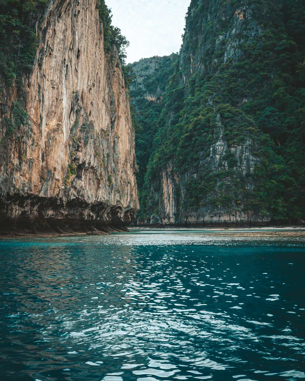 De baai van Phi Ley in Thailand