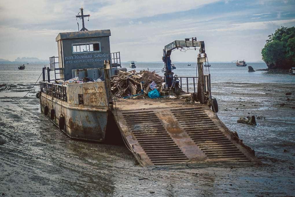 Een boot waar bouwmateriaal mee wordt verscheept op Railay in Thailand
