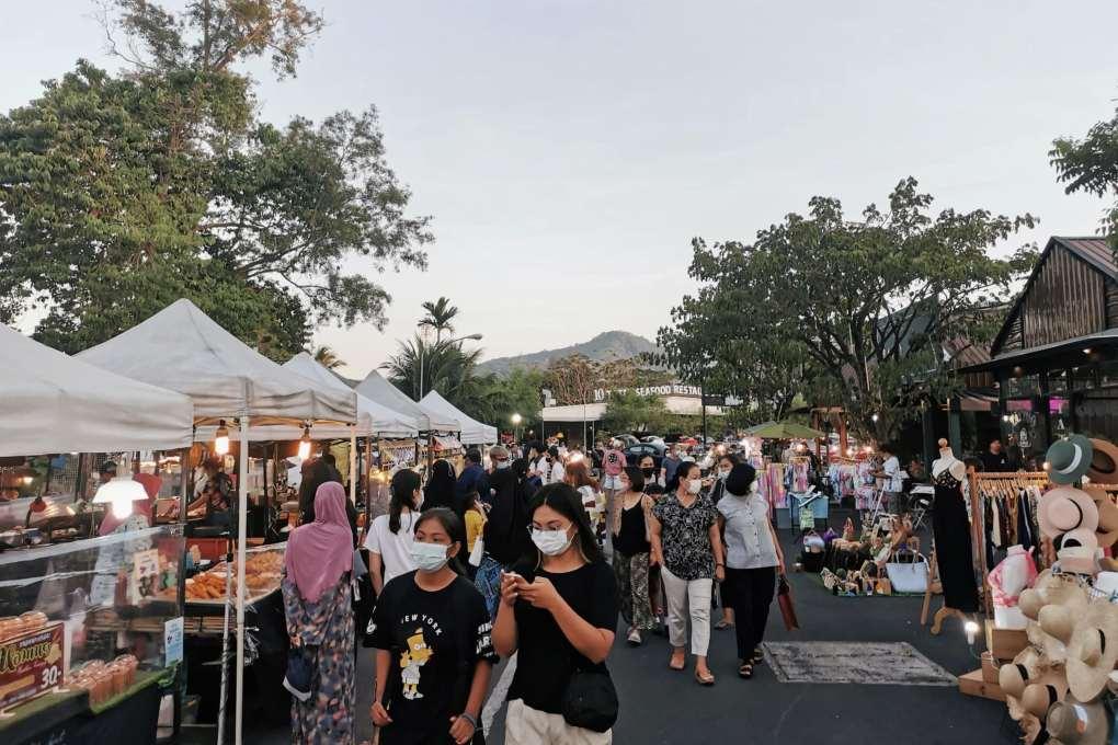 Good atmosphere at the Fun Friday Avenue Market on Phuket