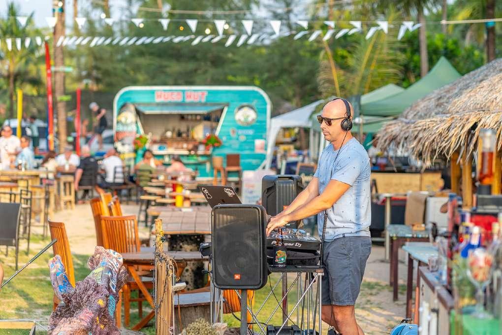 DJ bij Hugo Hut op Layan Beach, Phuket