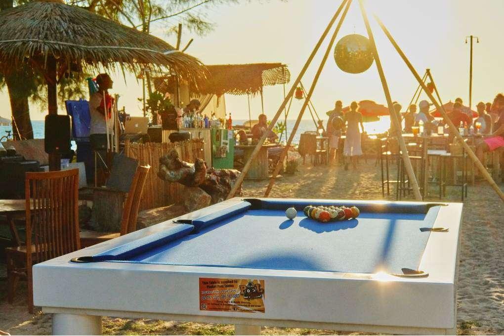 Pooltafel bij Hugo Hut op Layan Beach, Phuket