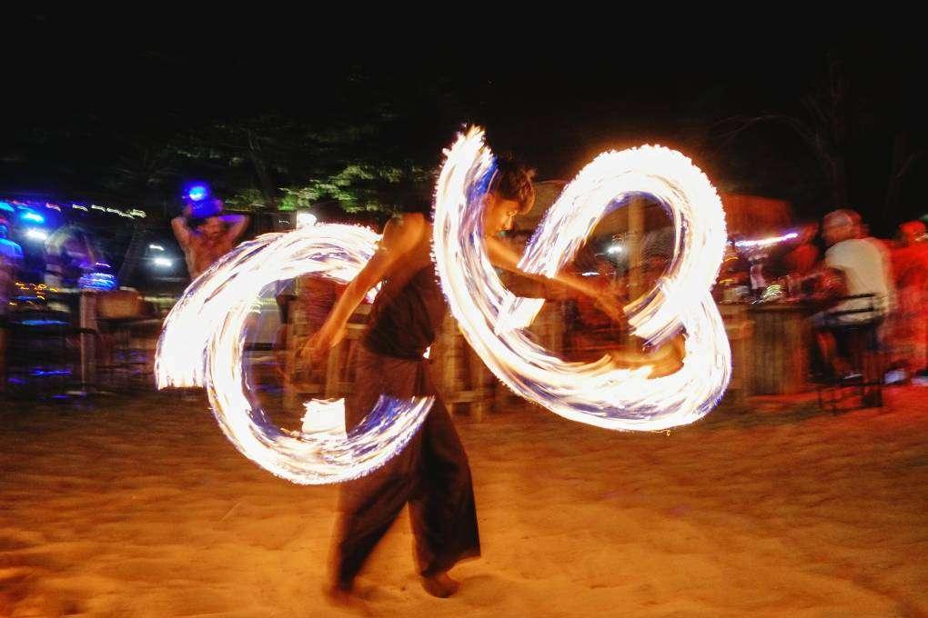 Vuurshow bij Hugo Hut op Layan Beach, Phuket