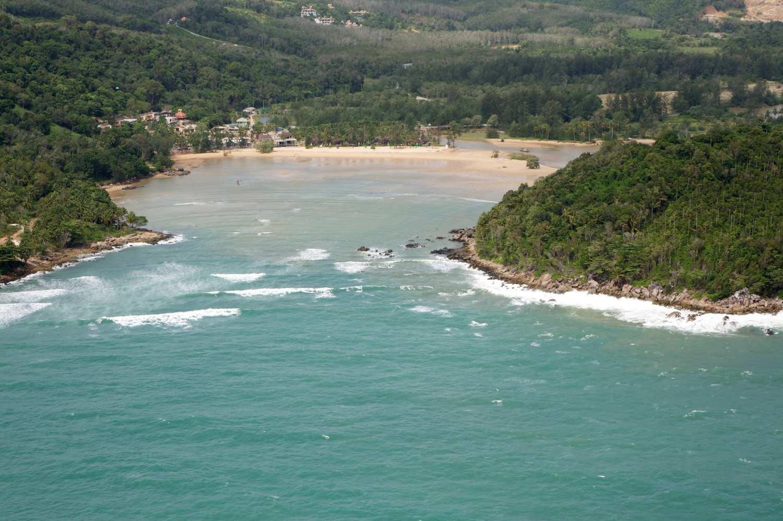 Noordelijke baai van Layan Beach gezien vanuit een helikopter