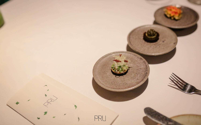 Mooie bordjes bij PRU Restaurant vlakbij Layan Beach