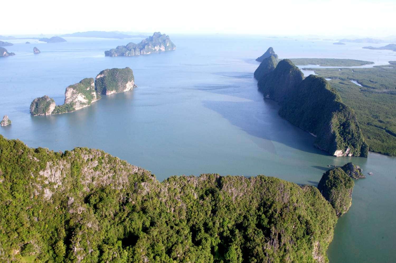 Pang Nga Bay gezien vanaf een helikopter
