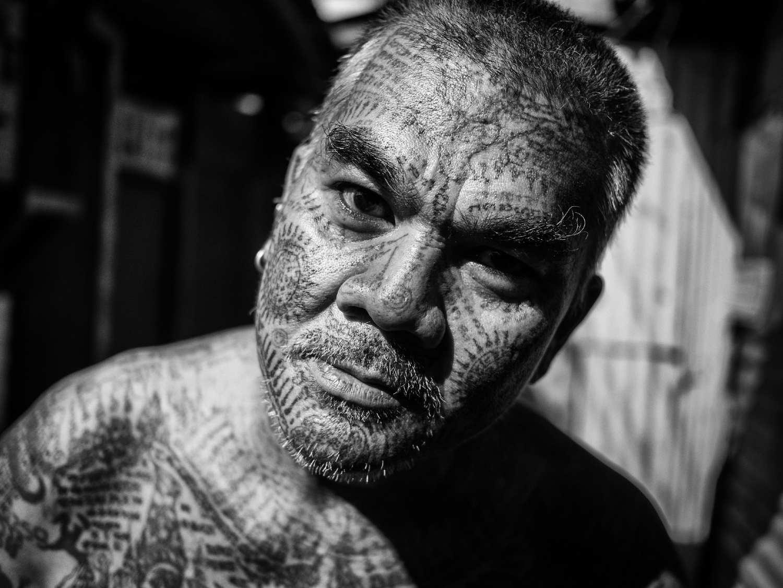 Getatoeëerde Thai uit een sloppenwijk in Bangkok