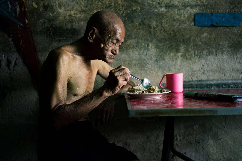 Het is lunchtijd op Krung Kasem Road in Bangkok