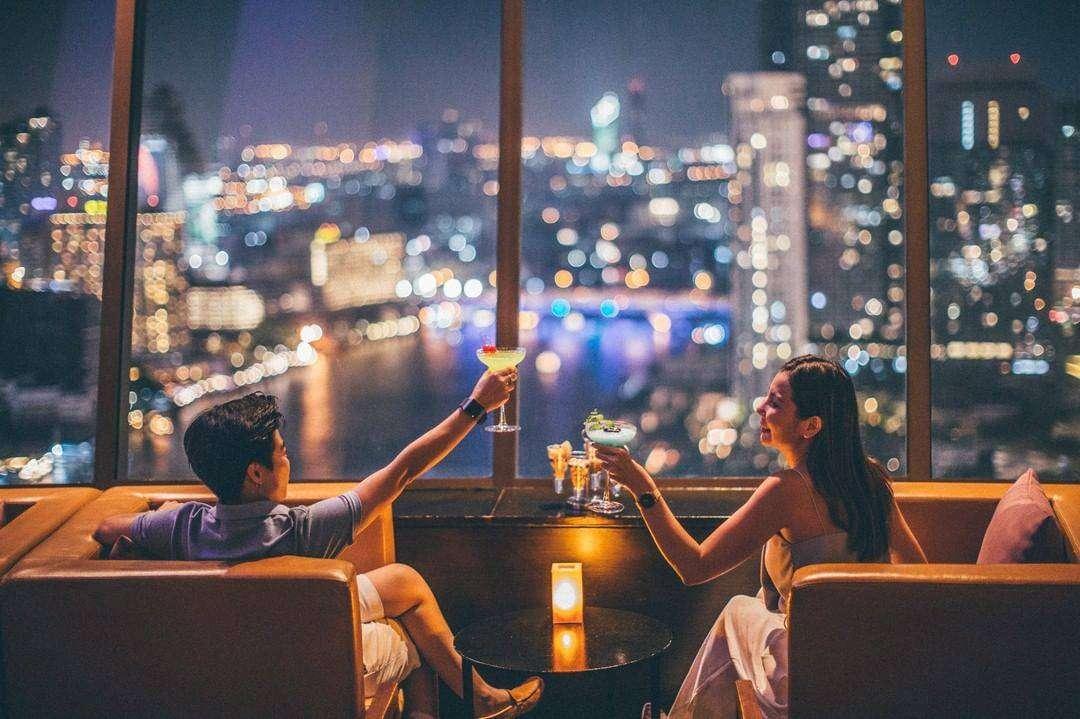 Proosten in ThreeSixty Jazz Lounge and Rooftop Bar (Millennium Hilton Bangkok)