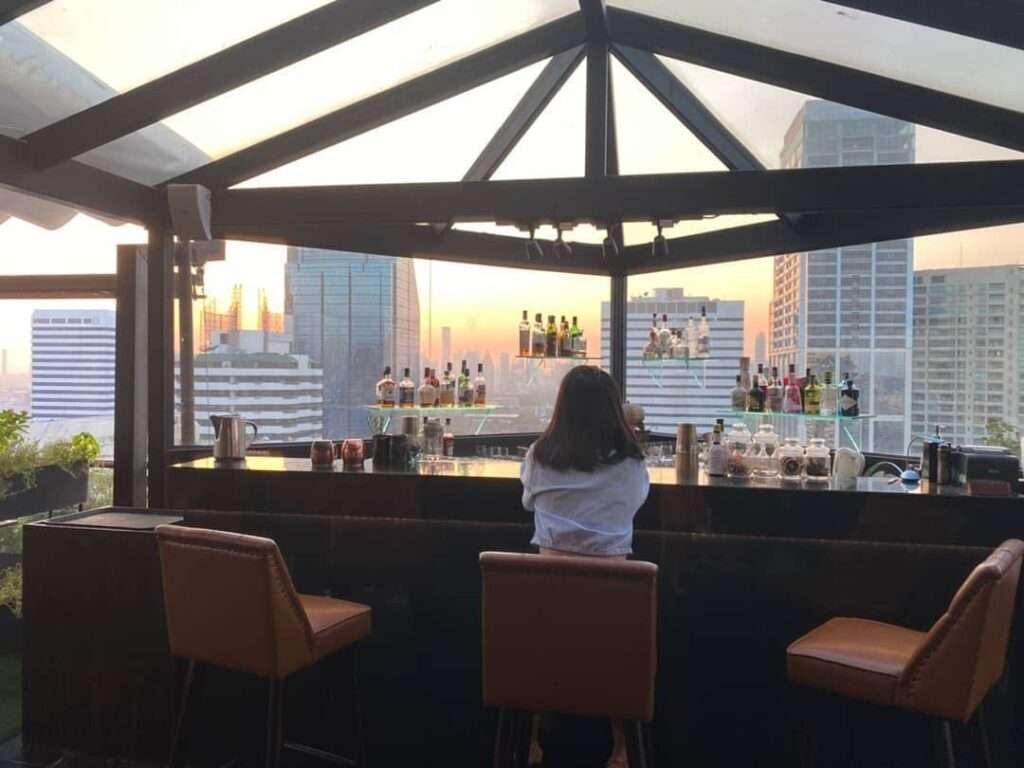 De bar van 1826 Mixology & Rooftop Bar (Rembrandt Hotel & Suites Bangkok)