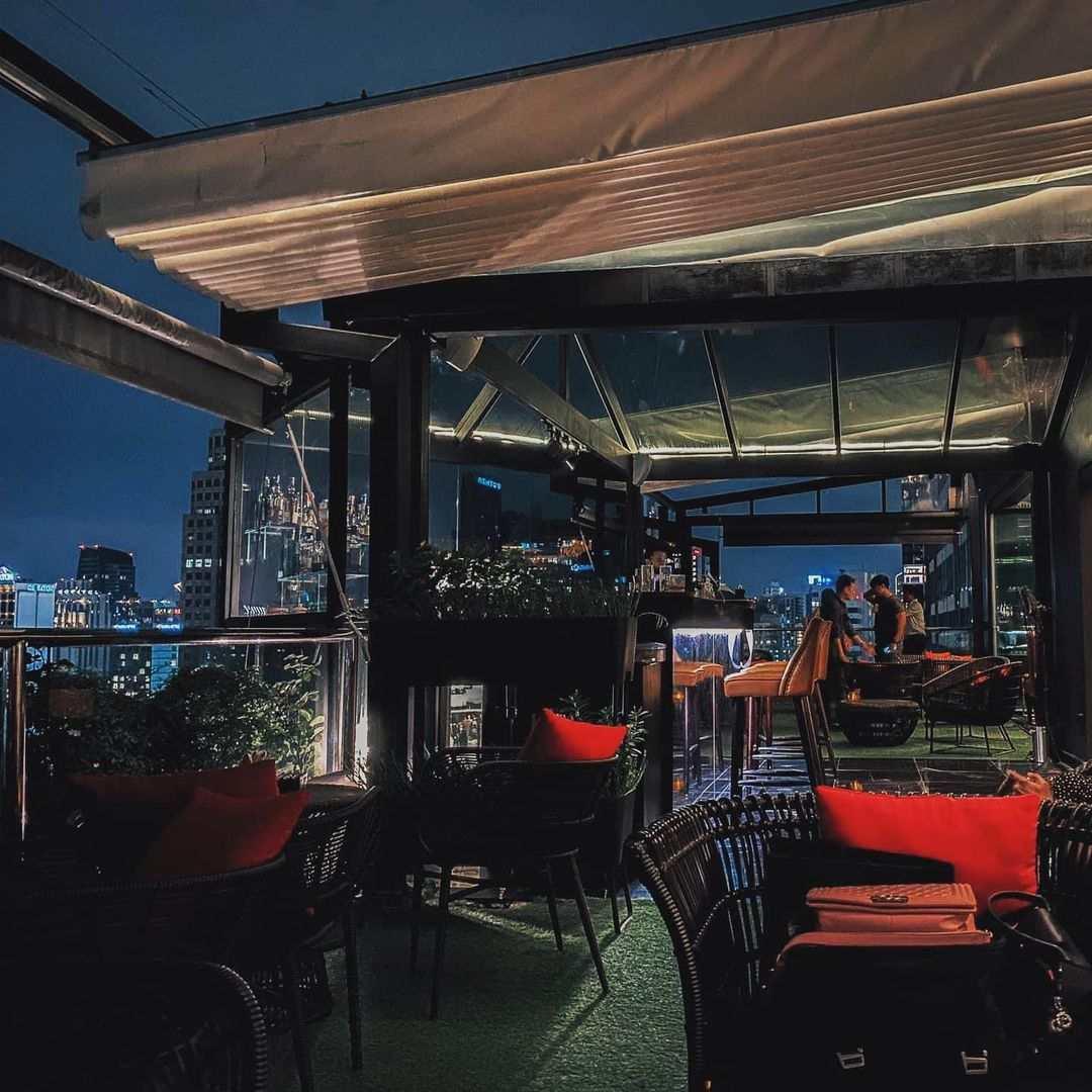 Zitgedeelte buiten van 1826 Mixology & Rooftop Bar (Rembrandt Hotel & Suites Bangkok)