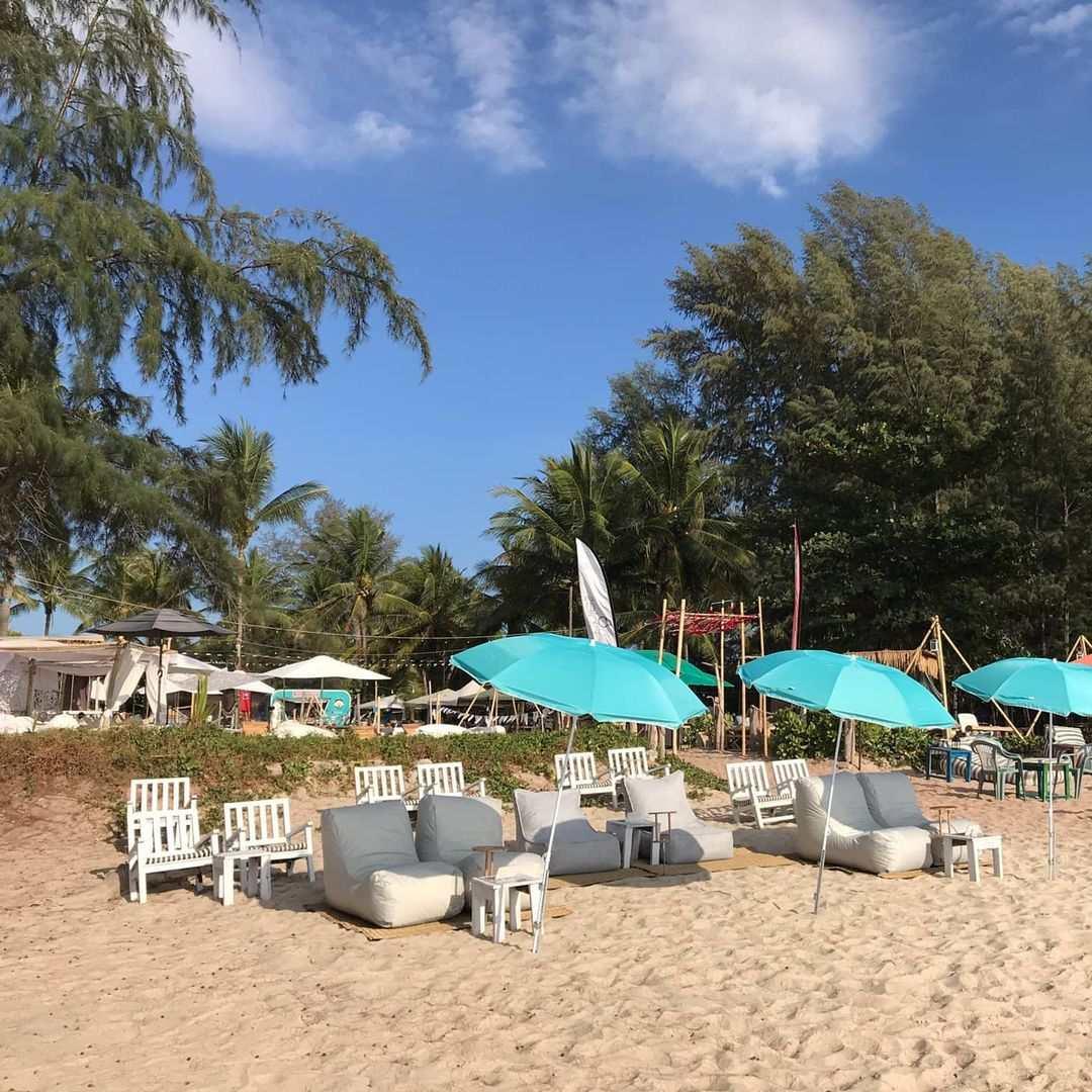 Strandstoelen bij Beach&Bubbles aan Layan Beach op Phuket, Thailand