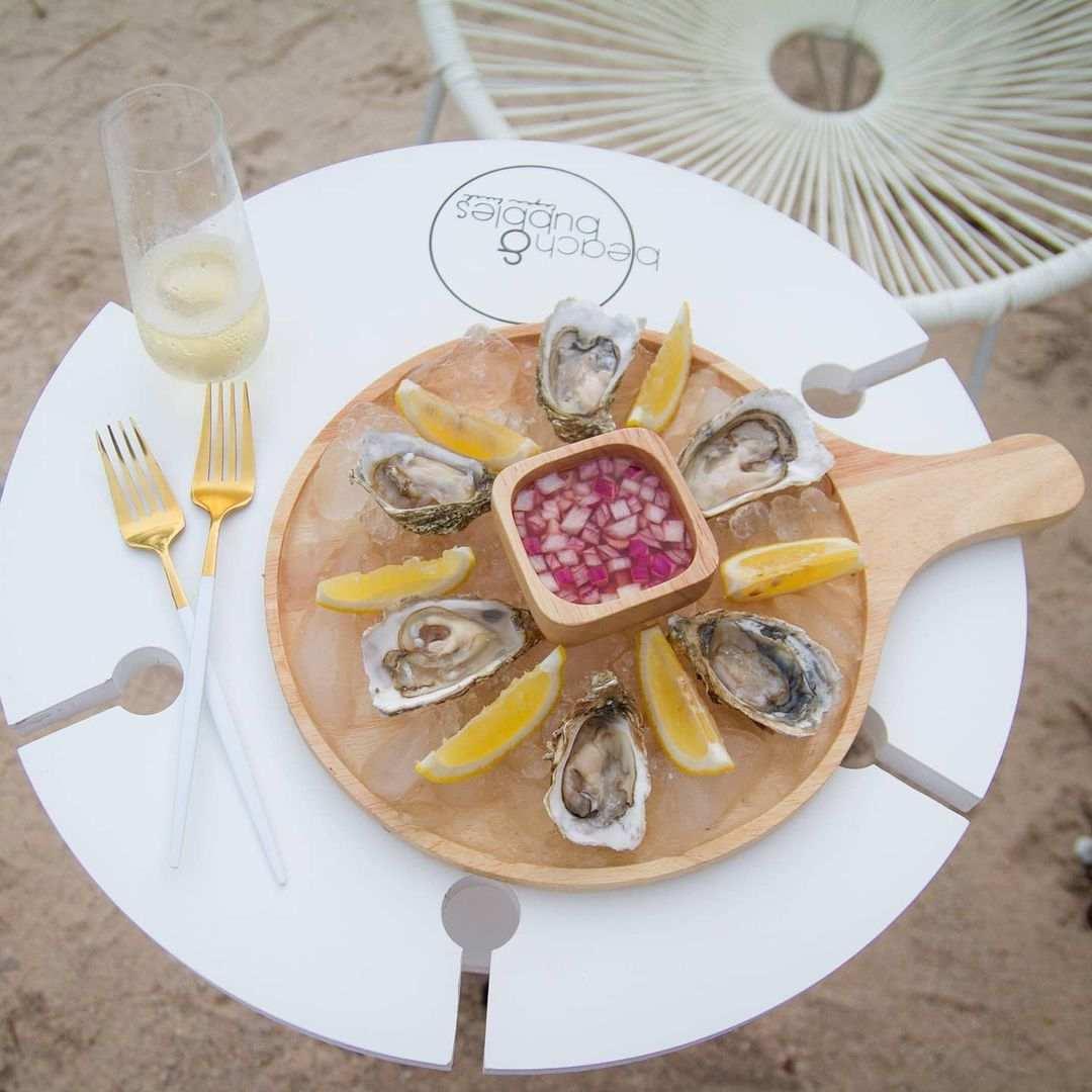 Oesters met champagne bij Beach&Bubbles aan Layan Beach op Phuket, Thailand