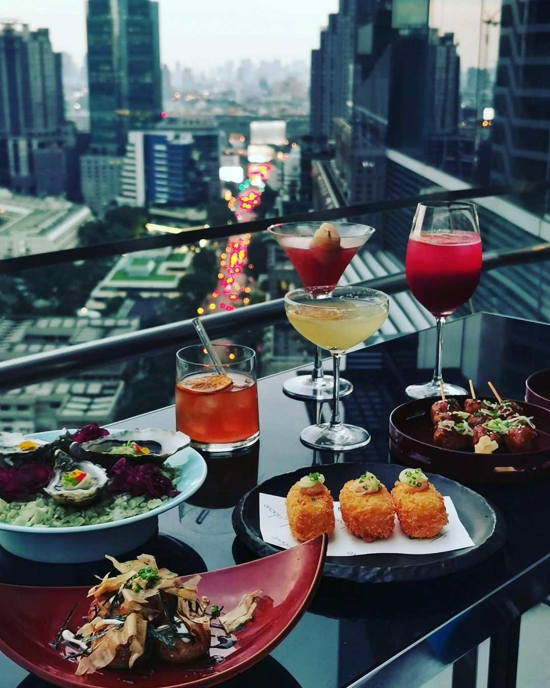 Hapjes bij Up & Above Restaurant and Bar (The Okura Prestige)
