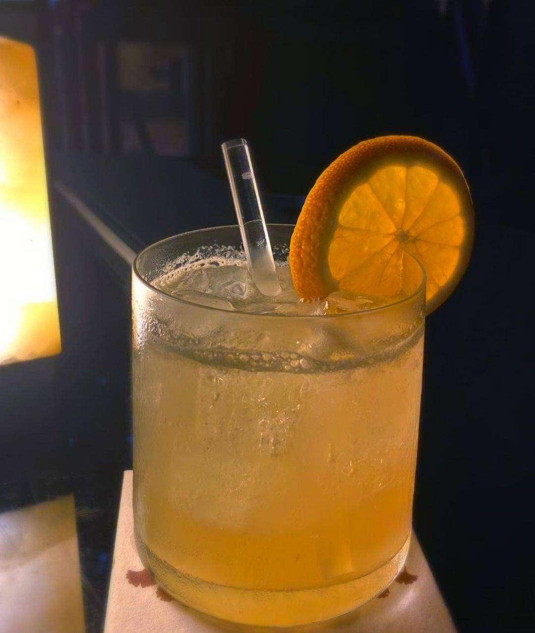 Cocktail bij Up & Above Restaurant and Bar (The Okura Prestige)