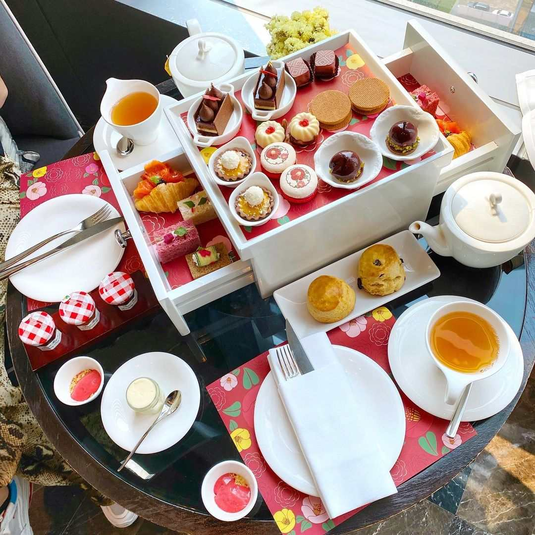High tea bij Up & Above Restaurant and Bar (The Okura Prestige)