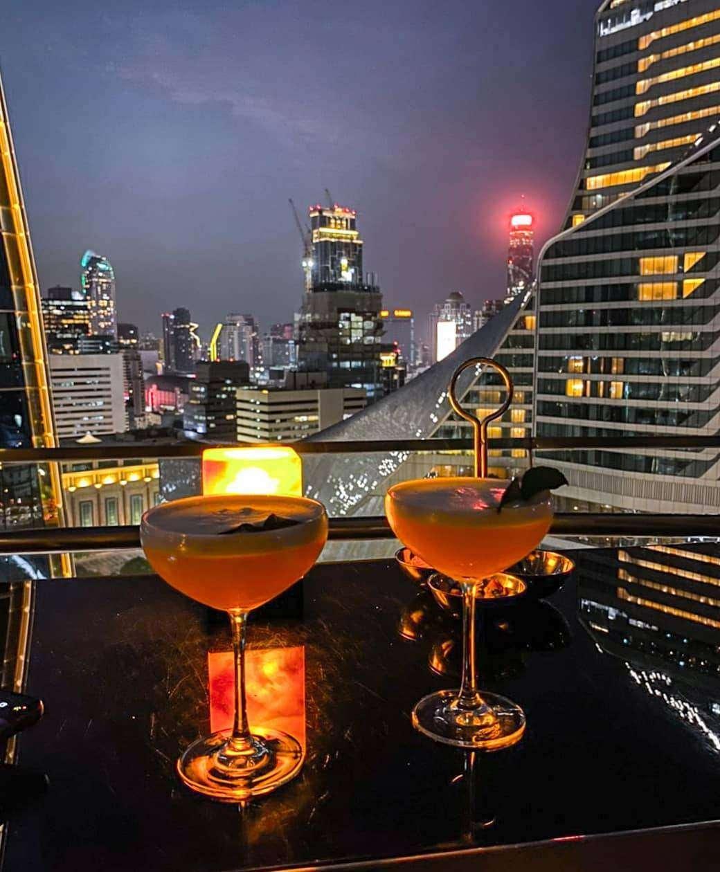 Cocktails bij Up & Above Restaurant and Bar (The Okura Prestige)