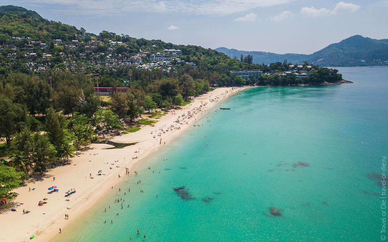 De noordkant van Surin Beach in het midden van Phuket gezien met een drone
