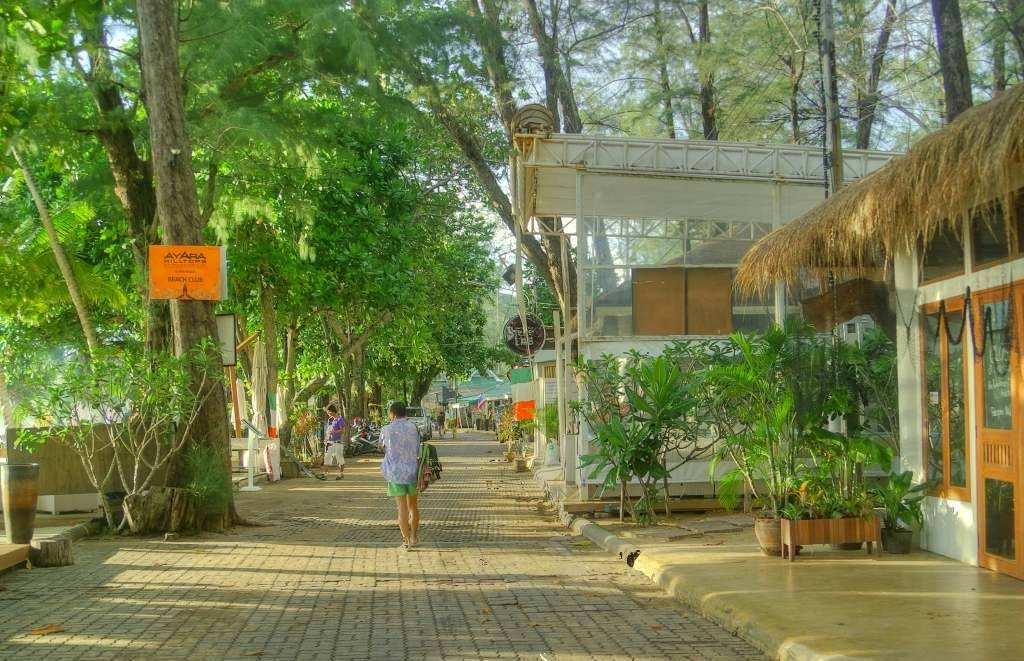 Vroeger waren er talloze restaurants, barretjes en winkeltjes aan de rand van Surin Beach op Phuket gevestigd