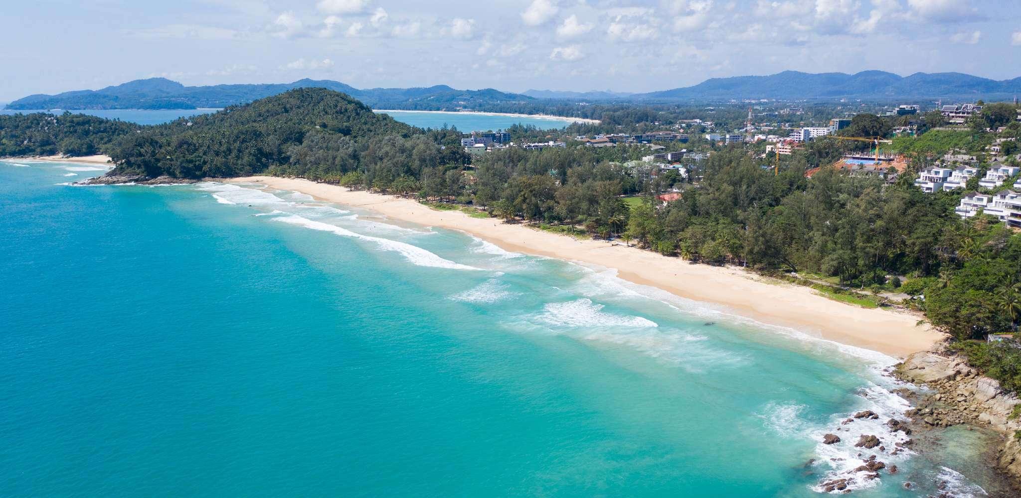 De baai van Surin Beach op Phuket gezien met een drone