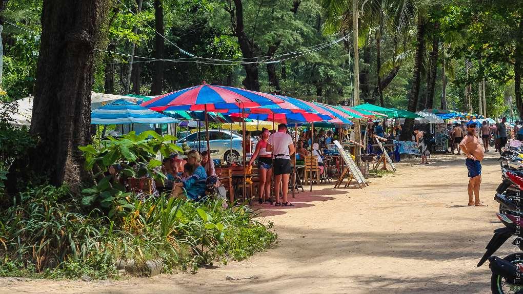 Marktkraampjes en streetfoodstalletjes aan de rand van Surin Beach op Phuket