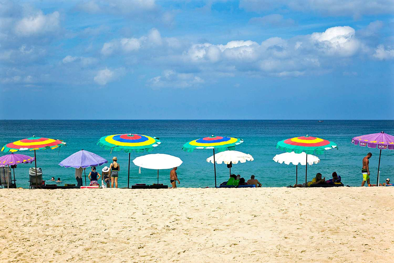 Parasols op het strand van Surin Beach, Phuket