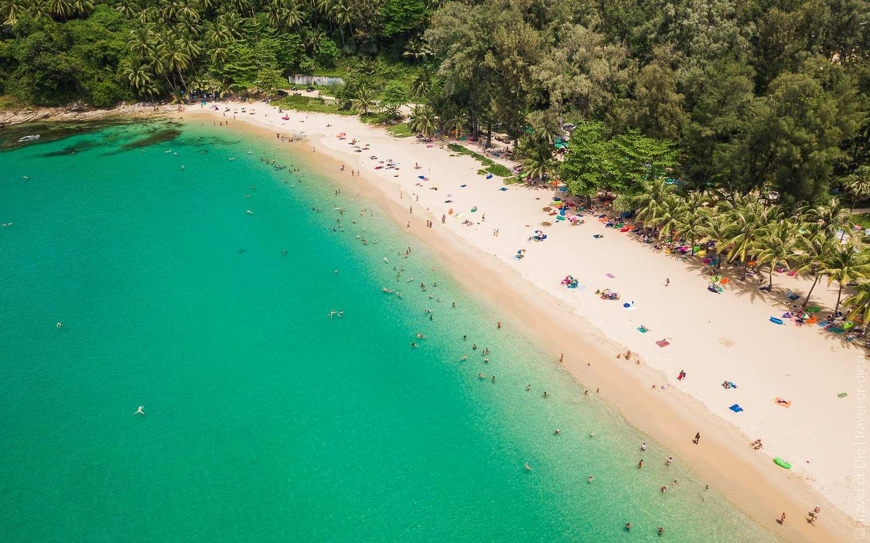 De zuikant van Surin Beach in het midden van Phuket gezien met een drone