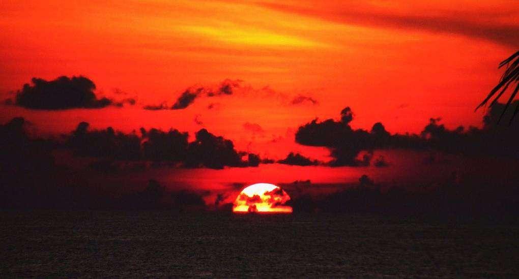Zonsondergang boven Surin Beach op Phuket in Thailand