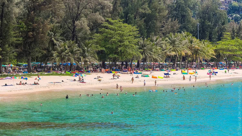 Surin Beach met daarachter de marktkraampjes