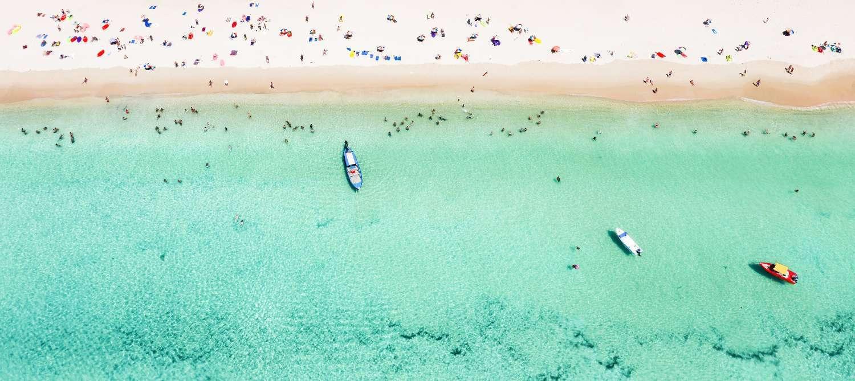 De mooie zee van Surin Beach in het hoogseizoen