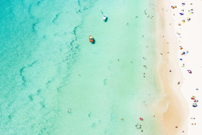 Het mooie blauwgroene zeewater van Surin Beach op Phuket