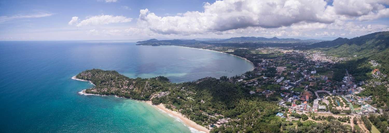 Luchtfoto van Phuket met Pansea Beach op de voorgrond en Bang Tao + Layan Beach op de achtergrond
