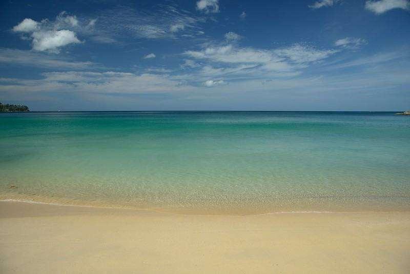 Het heldere zeewater van Laem Sing Beach op Phuket, Thailand