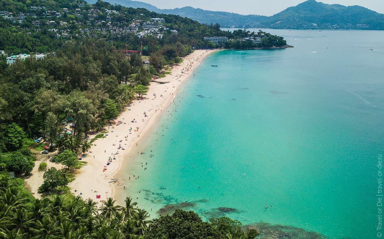 Het uitzicht op Surin Beach vanaf het Surin Beach Viewpoint op Phuket