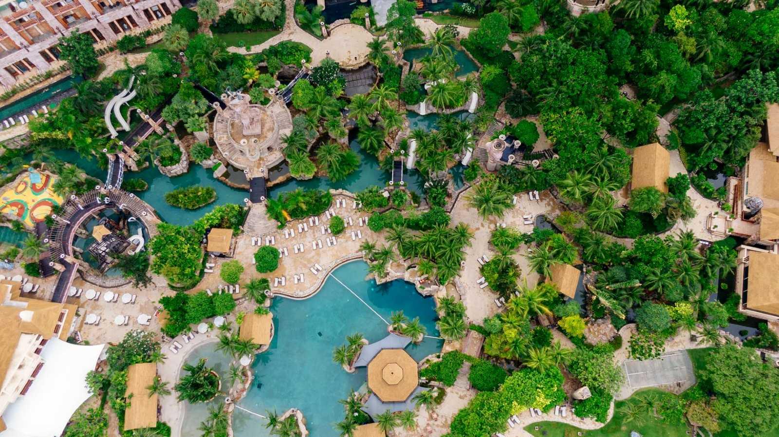 zwembad in tropische tuin