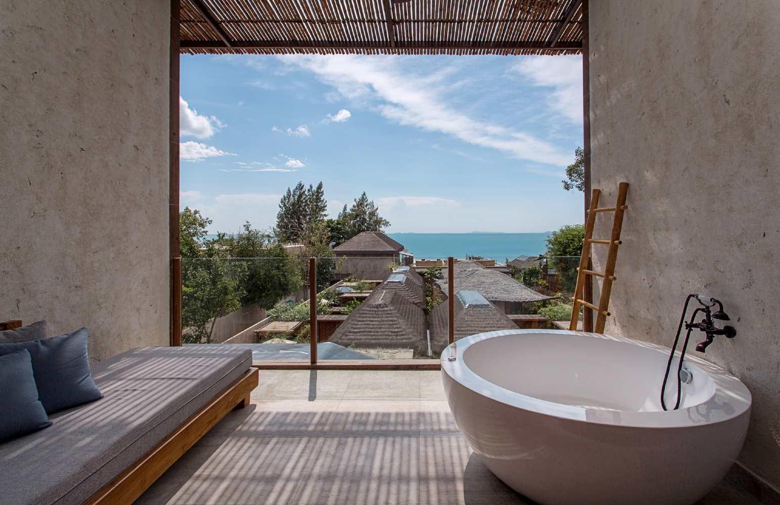 Balkon met bad en Lounge bank
