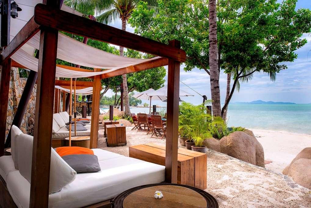 luxe 5 sterren resort met ligbedjes aan het strand van Pattaya