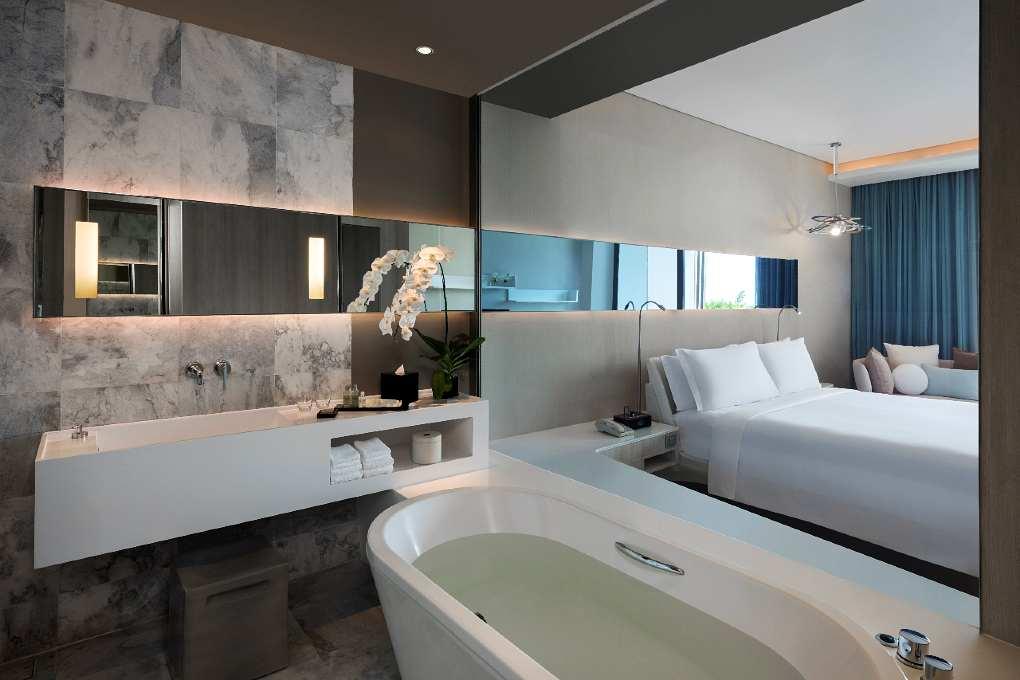 luxe hotelkamer met bad en balkon