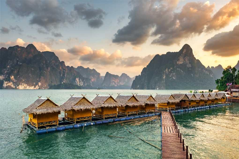 Drijvende huisjes op het water in Khao Sok natuurpark