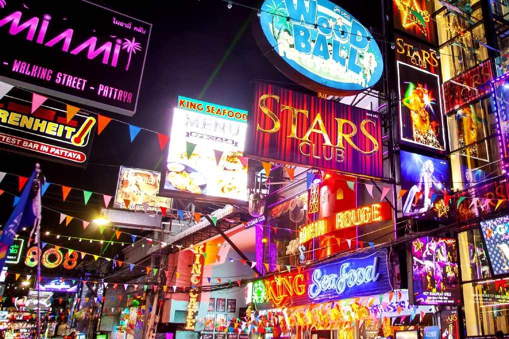 Pattaya Walking Street Neon verlichting van clubs, bars en restaurants