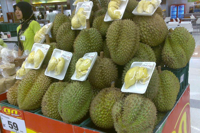 Durian op een markt in Thailand