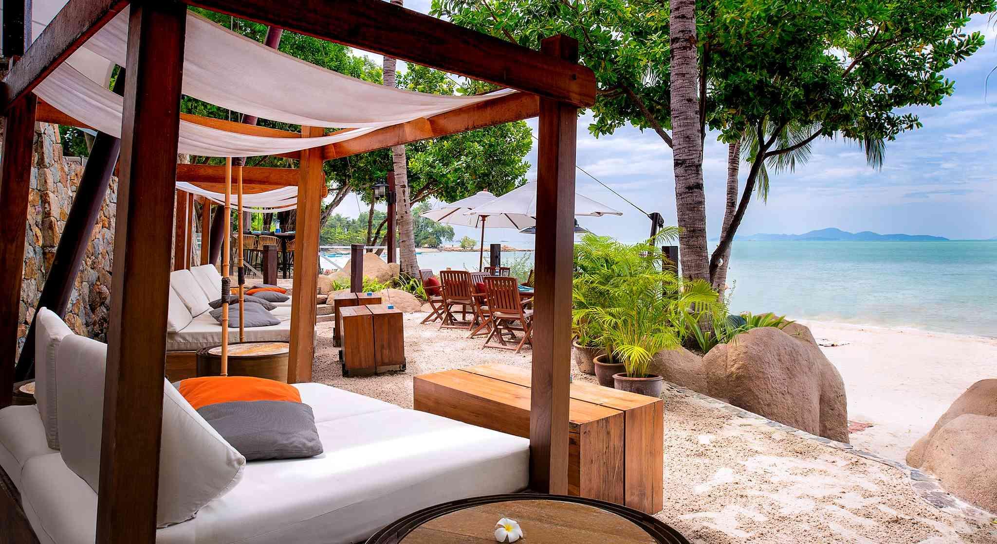 luxe hotel met ligbedjes aan het strand van Pattaya