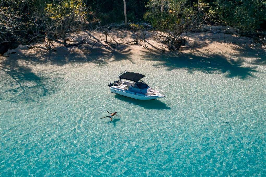 Zwemmen in de zee van het paradijs wat Thailand heet