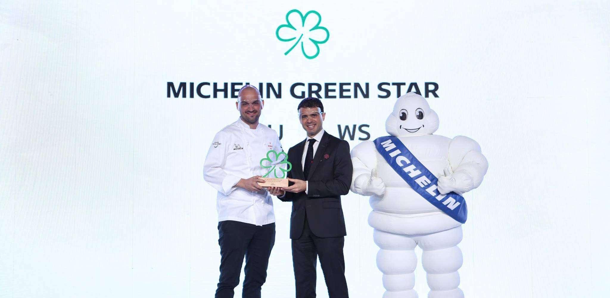 Jim Ophorst die de eerste Michelin Green Star in Thailand overhandig krijgt
