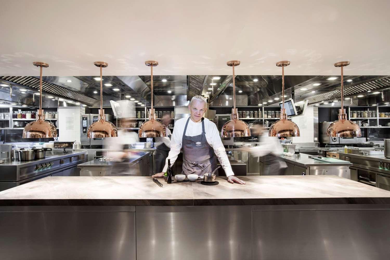 Richard Ekkebus in het twee Michelinsterrenrestaurant Amber. Dit restaurant is gelegen in het Mandarin Oriental Landmark Hotel in Hong Kong